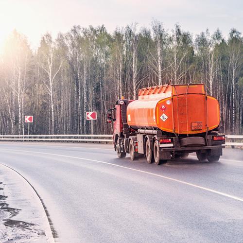 Fotografí en plano general de carretera, pasa camión de transporte de loquido
