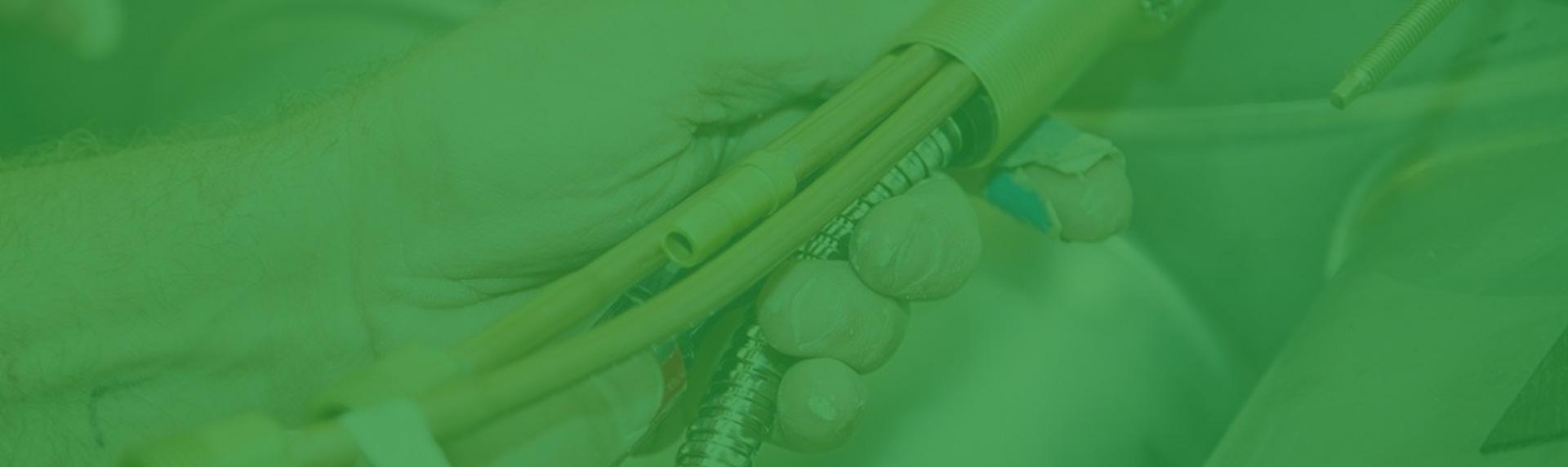 Fotografía en plno detalle de persona sosteniendo una tubería