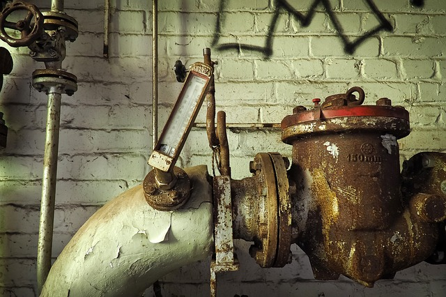 Fotografía en primer plano de sistema de agua oxidado
